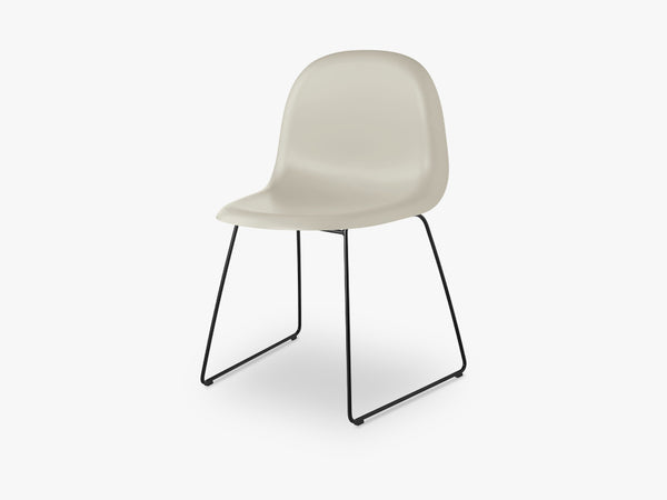 3D Dining Chair - Un-upholstered - Stackable Sledge Black base, Moon Grey shell fra GUBI