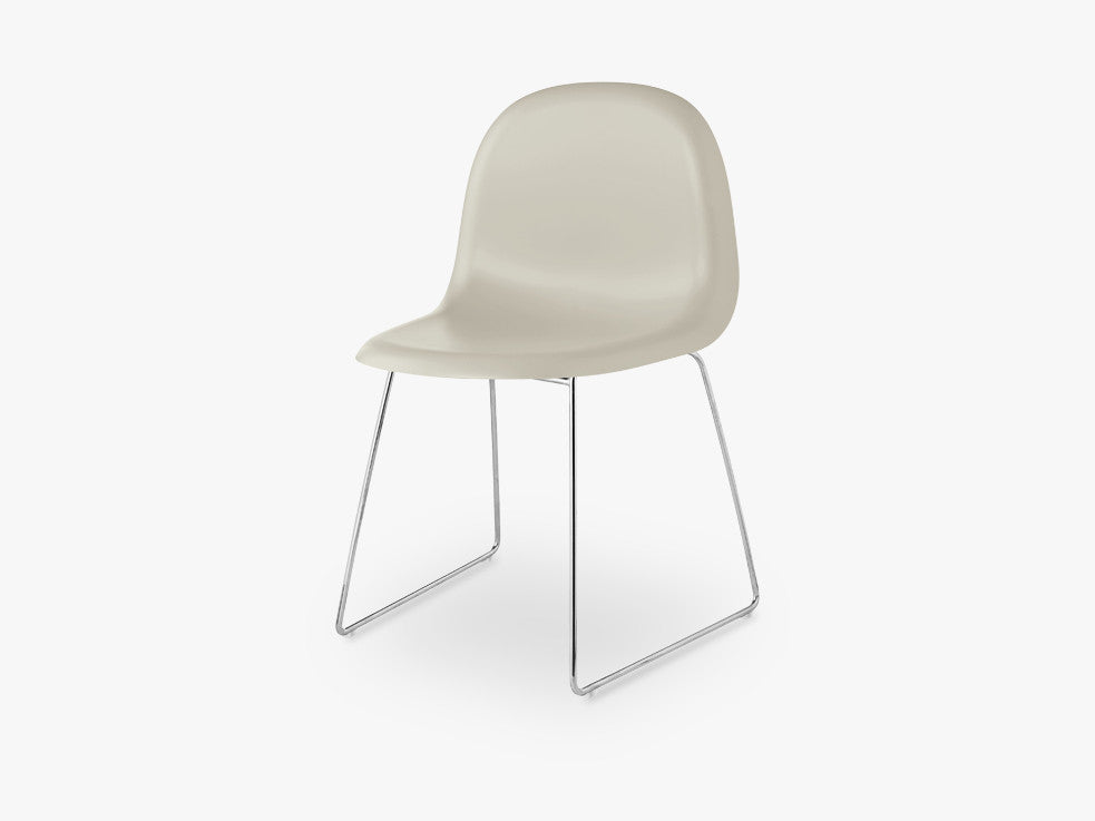 3D Dining Chair - Un-upholstered - Stackable Sledge Crome base, Moon Grey shell fra GUBI