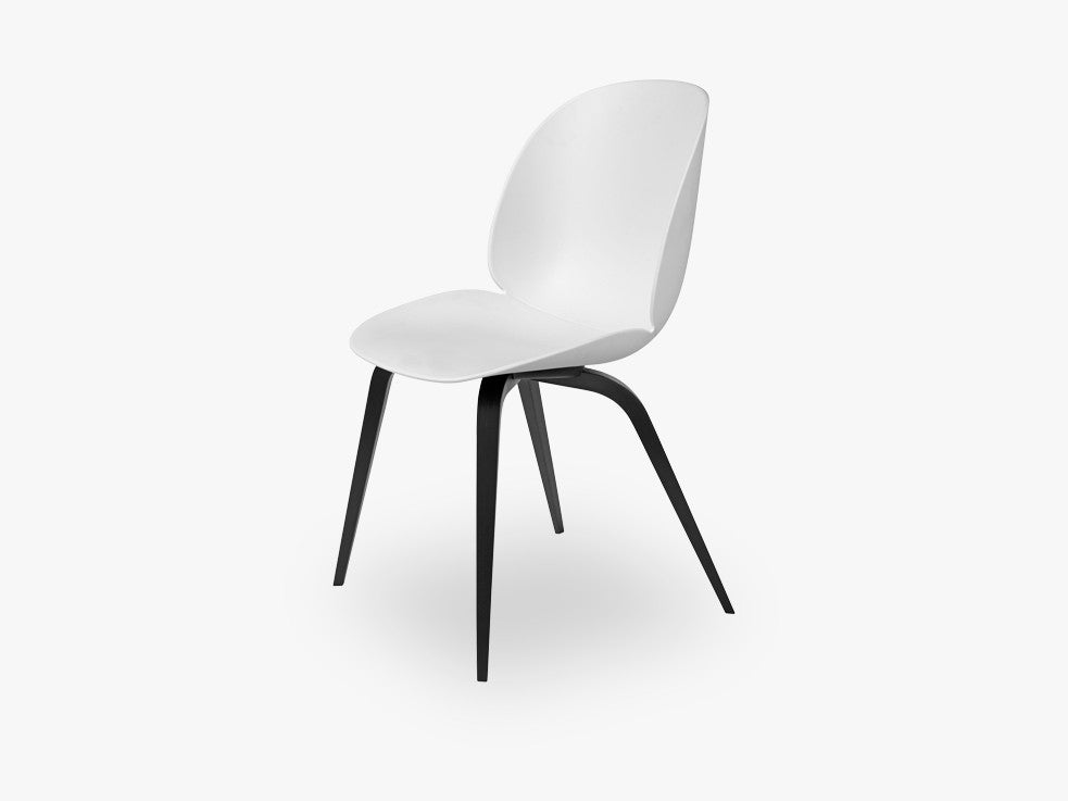Beetle Dining Chair - Un-upholstered Black Stained Beech base, White shell fra GUBI