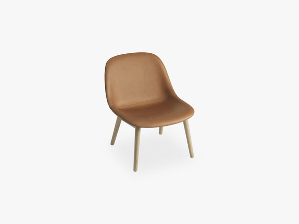 Fiber Lounge Chair - Wood Base, Silk Leather Cognac fra Muuto