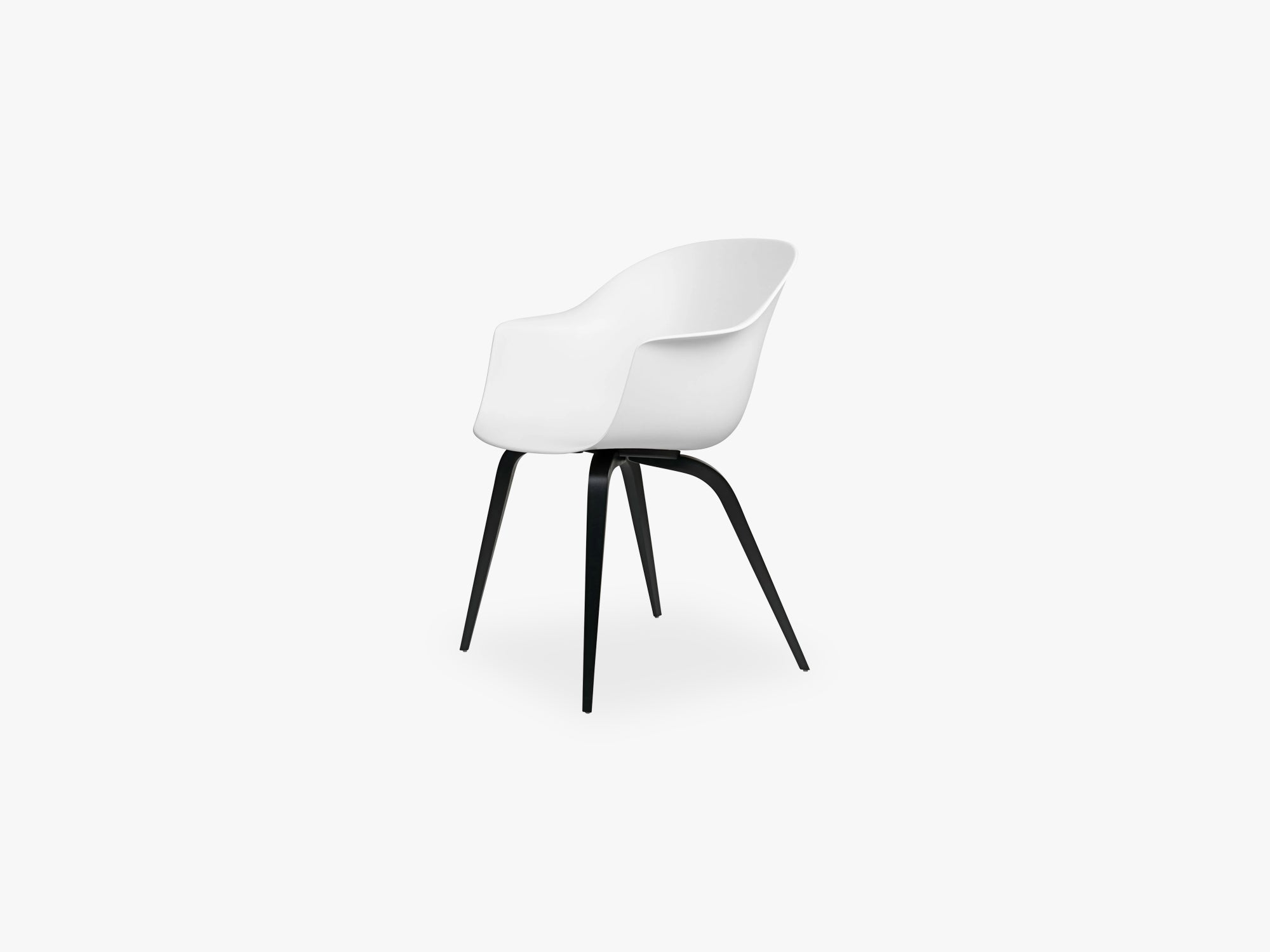 Bat Dining Chair - Skal m Wood base - Black Stained Beech Semi Matt, Pure White fra GUBI