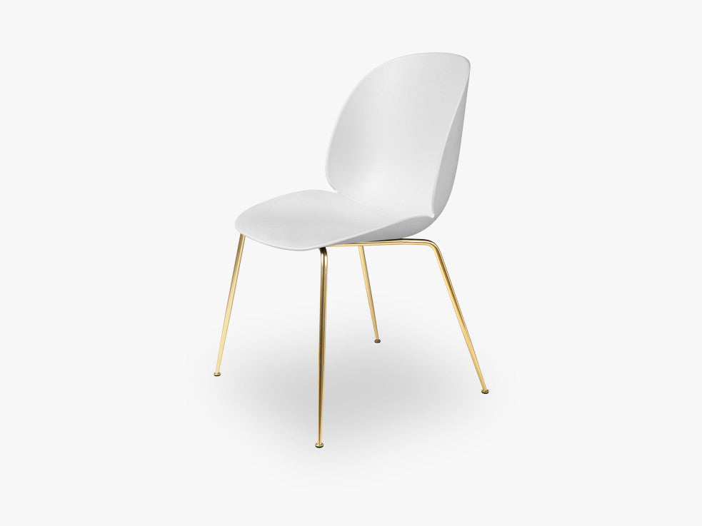 Beetle Dining Chair - Un-upholstered Conic Brass base, White shell fra GUBI