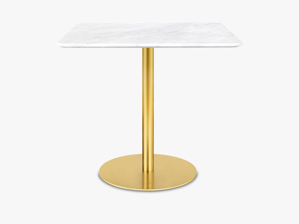 GUBI 10 Dining table - Square - 60x60 Brass Base, Marble White Top fra GUBI