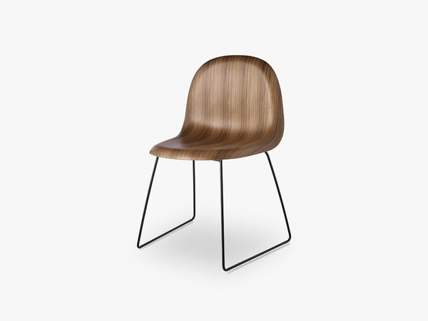 3D Dining Chair - Un-upholstered - Stackable Sledge Black base, American Walnut shell fra GUBI