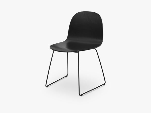 2D Dining Chair - Un-upholstered Sledge Black base, Black Stained Birch shell fra GUBI
