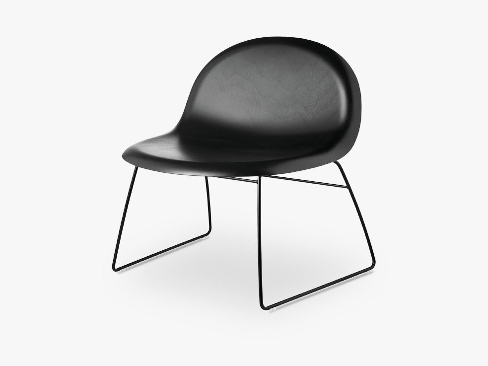 3D Lounge Chair - Un-upholstered Sledge Black base, Black Stained Beech shell fra GUBI