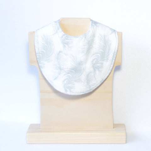 Mucky duck crafts white with grey feathers regular dribble bib