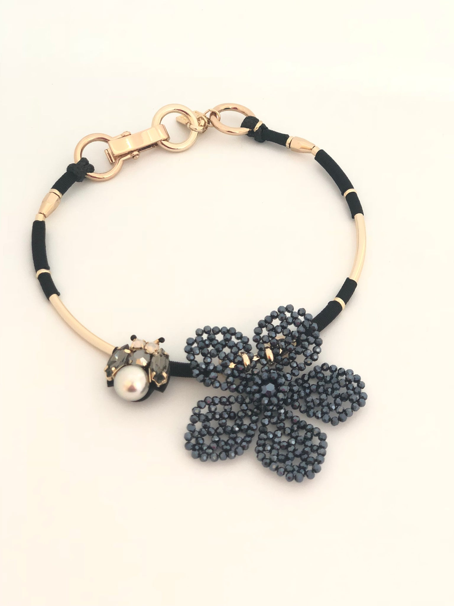 ZZ-N2235 Choker necklace with bumble bee and flower