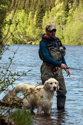Magnus Nygren fly fishing dog