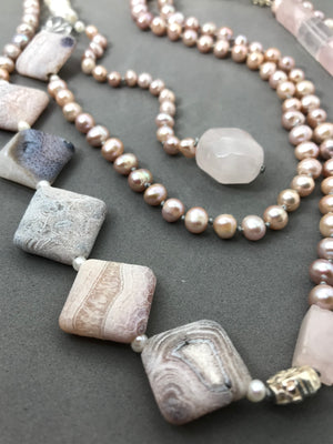 Necklace with freshwater pearls, agate & rose quartz