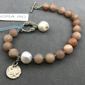 Bracelet with sunstone, silver charm & pearl