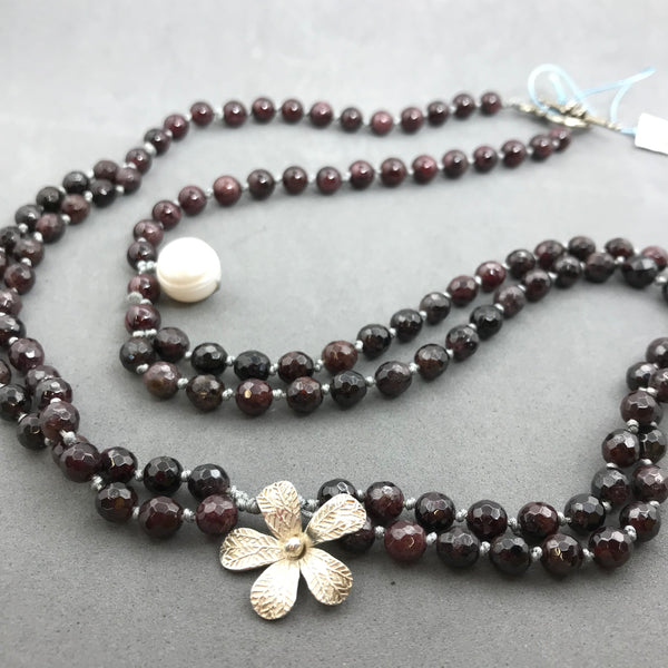 Necklace with garnet, pearl, silver