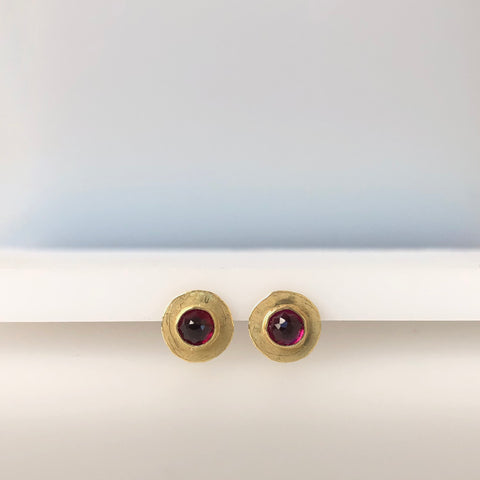 Disc stud earrings with rhodolite garnet stones