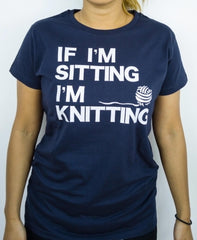 "T-shirt med strikke-citat  ""If I'm sitting I´m knitting"""