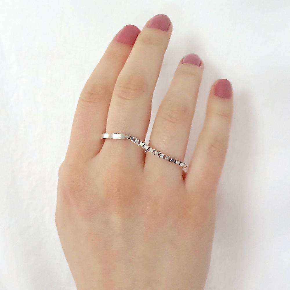 Two finger chain ring in silver