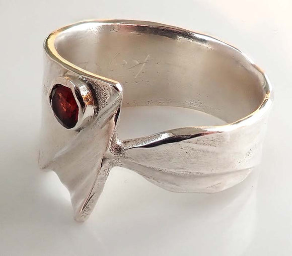 Garnet Leaf Pattern Obi Ring