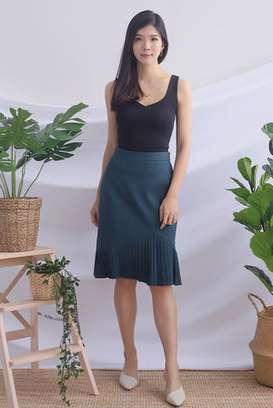 Achara Pleated Pencil Skirt In Forest Green