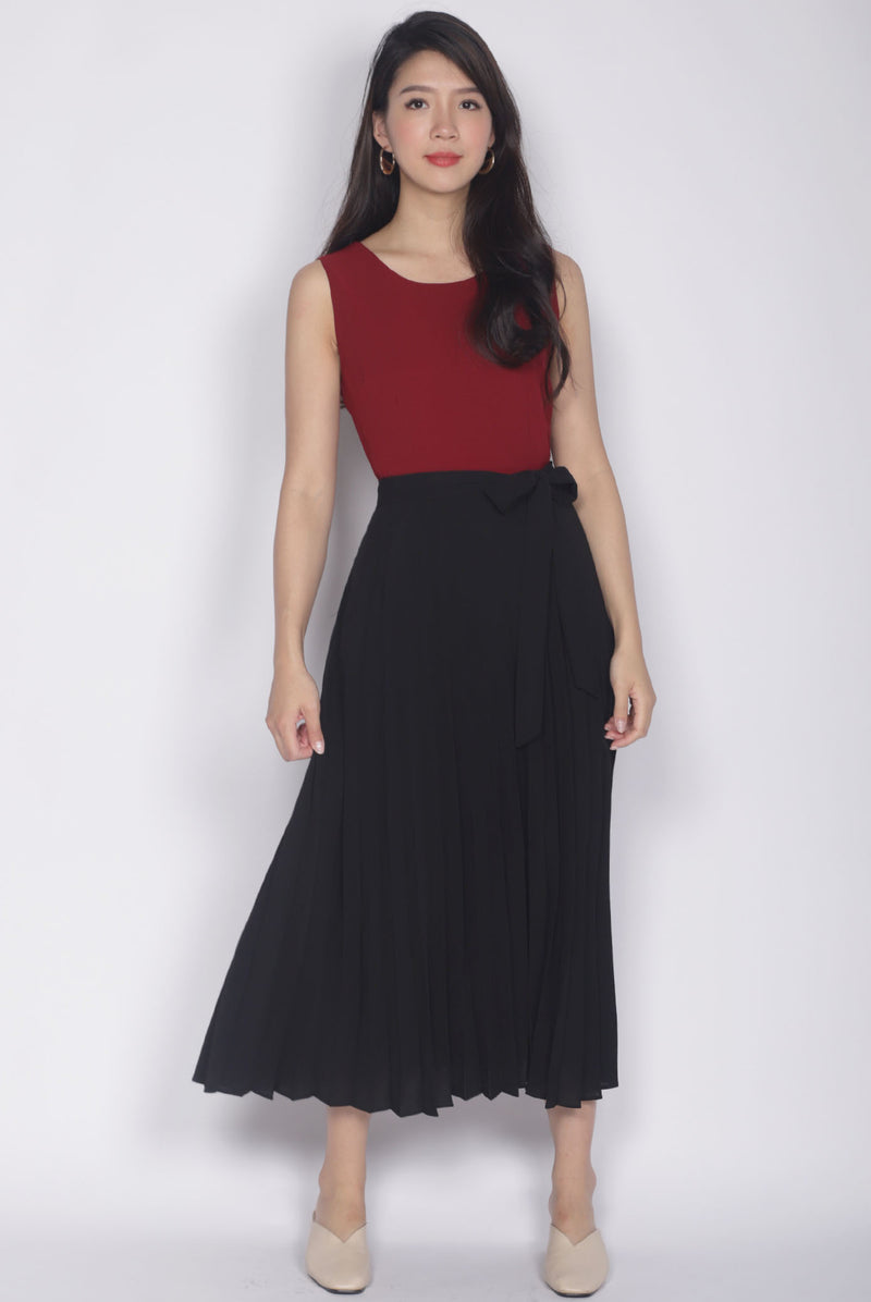 Chaylee Pleated Maxi Dress In Wine/Black