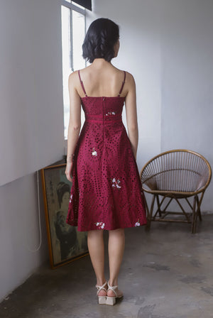 Editta Eyelet Floral Spag Dress In Wine Red