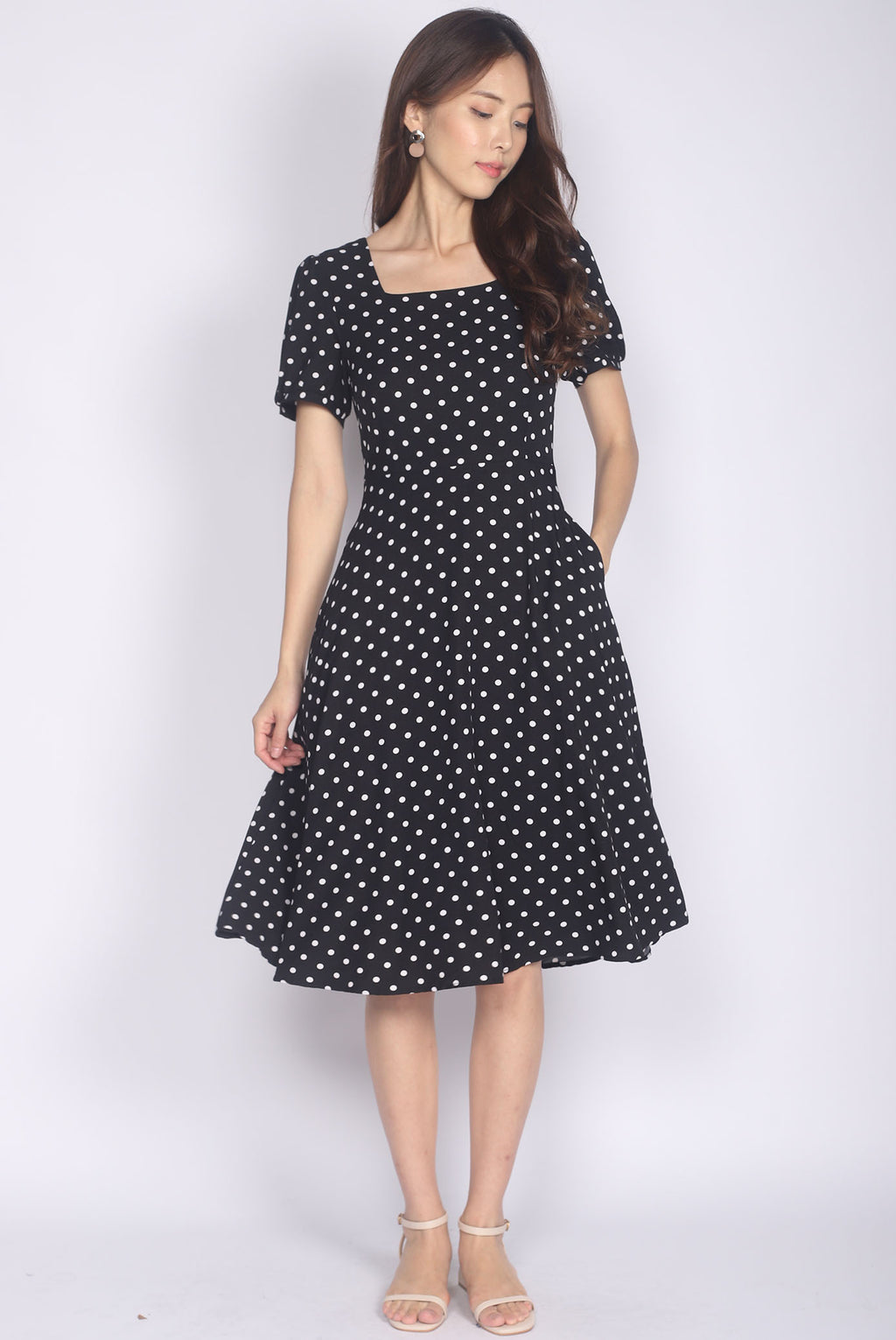 Harriette Poof Sleeve Midi Dress In Black Dots