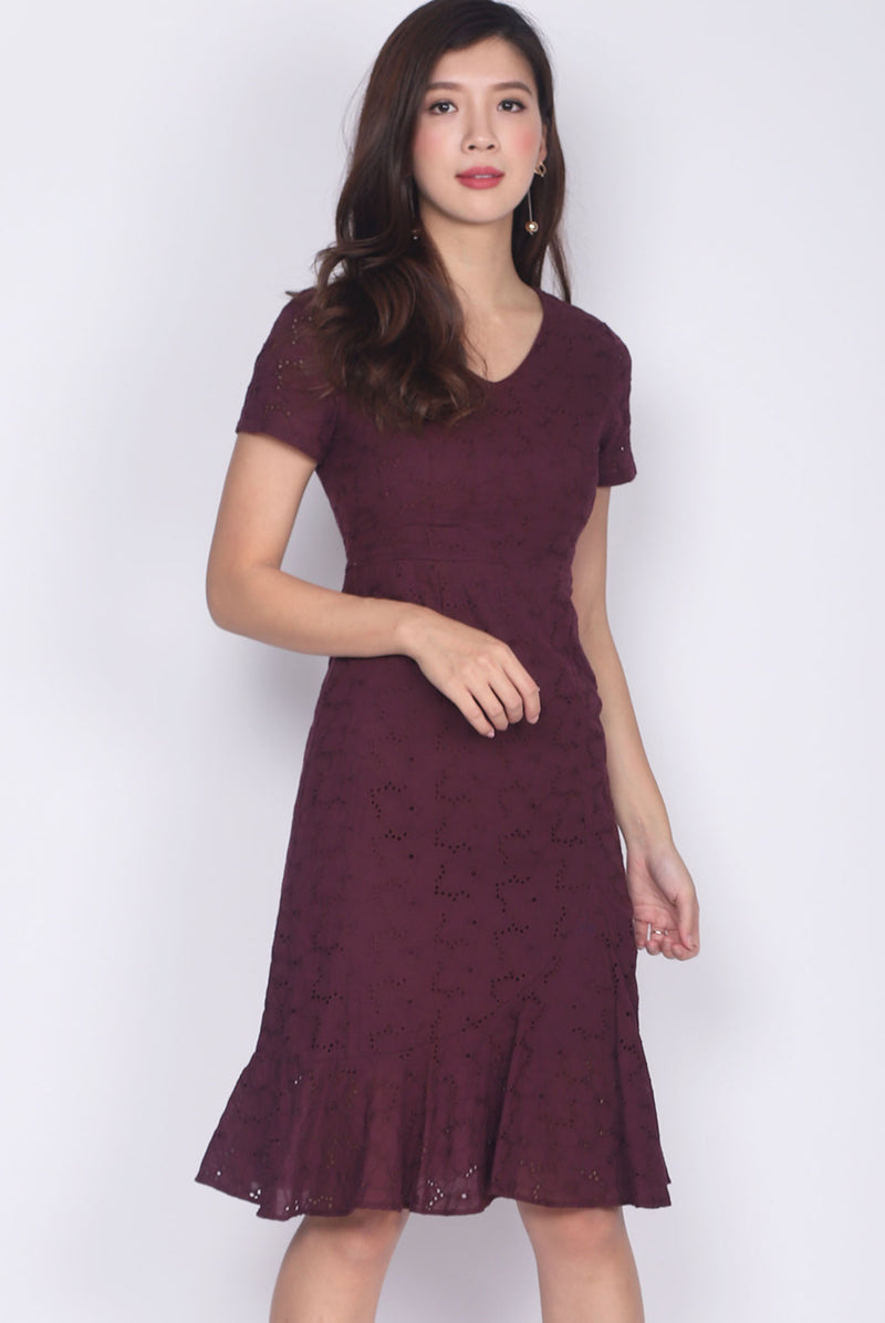 Jadelyn Eyelet Sleeve Mermaid Dress In Wine Red