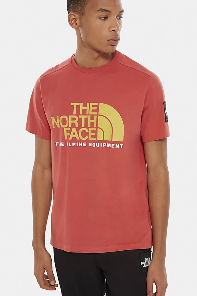 The North Face - Fine-Alpine T-SHIRT in Braunrot mit gelbem Logo - NF0A4M6NPKB1