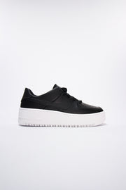 Nike - Air Force 1 Sage Low Sneaker in Schwarz mit extra hohe Sohle AR5339-002
