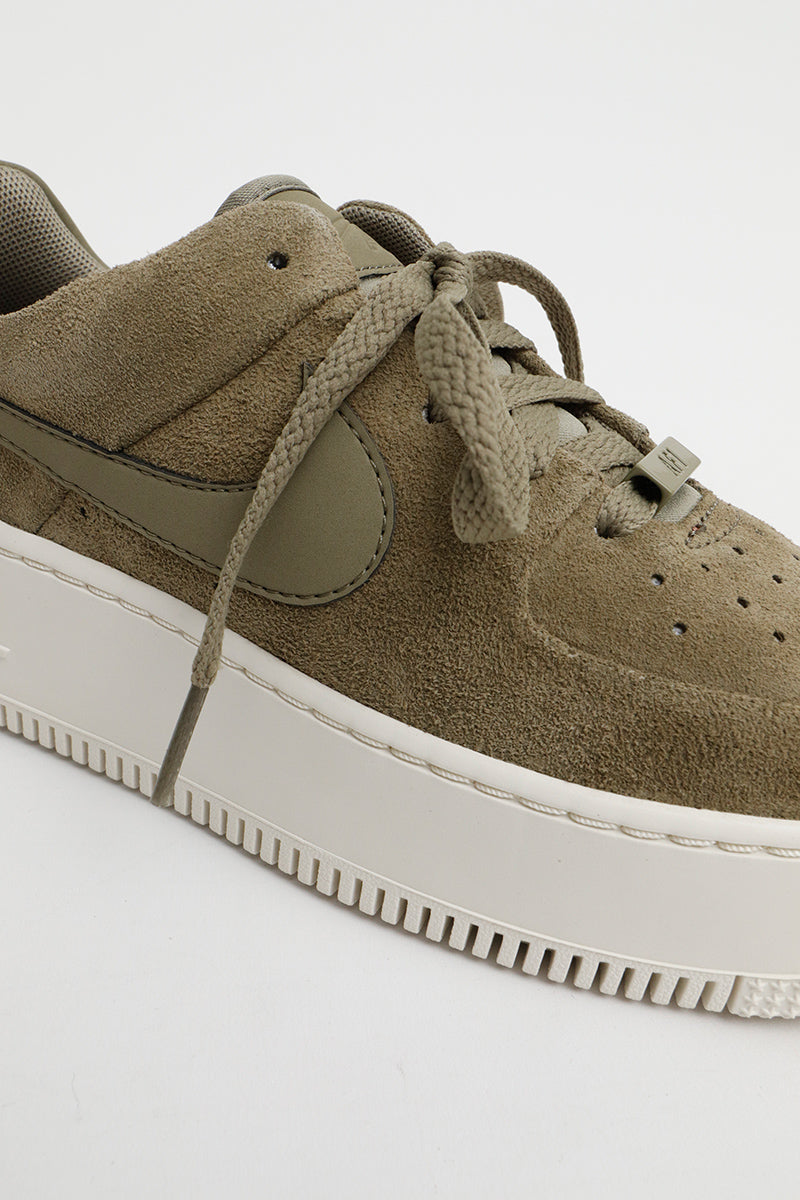 Nike - Flauschiger Air Force 1 Salbei Low Sneaker in Militärgrün für Damen - AR5339-200