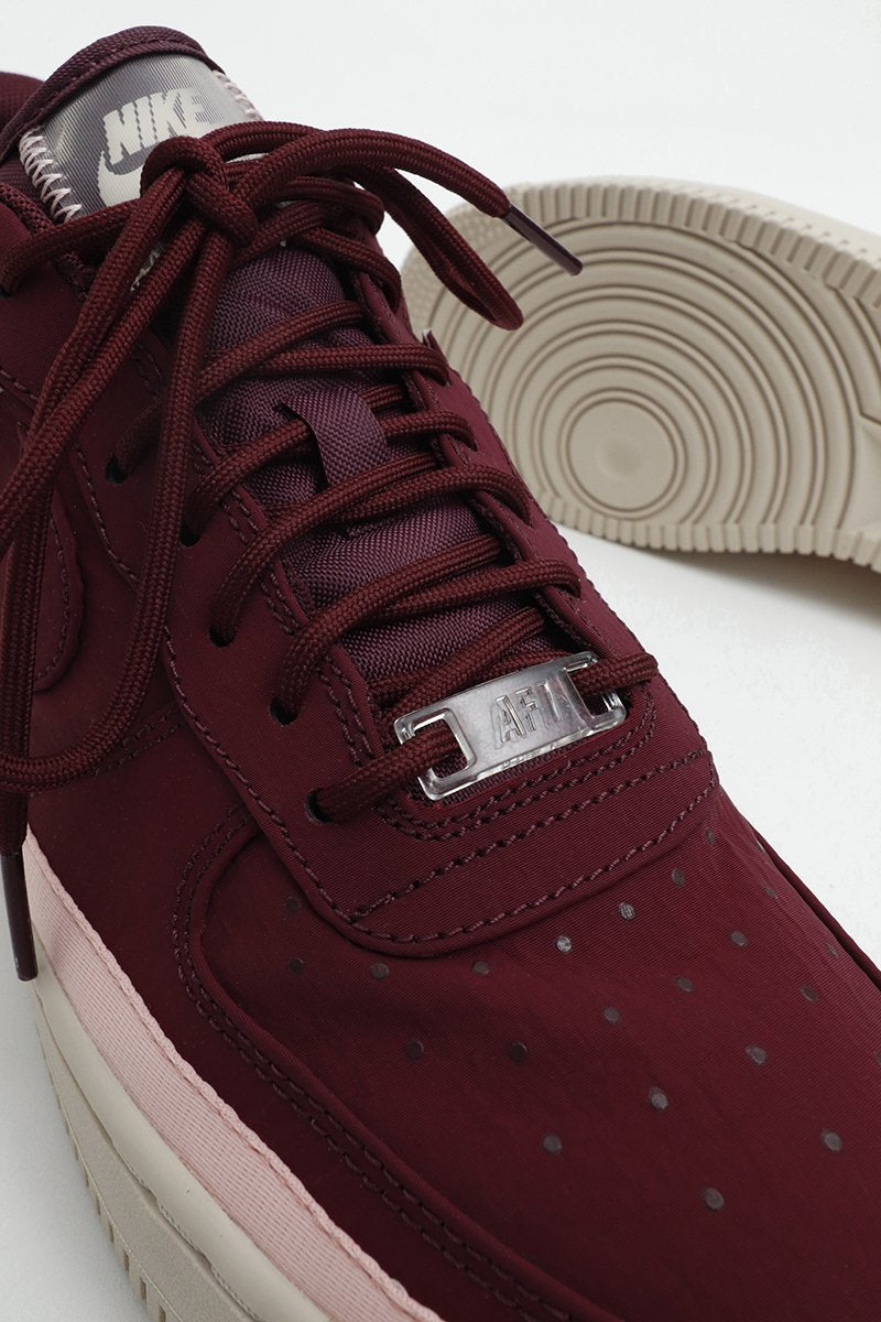 Nike - Sneaker Air Force 1 '07 SE für Damen in Burgundrot mit transparenter Nike Plakette - AA0287-603