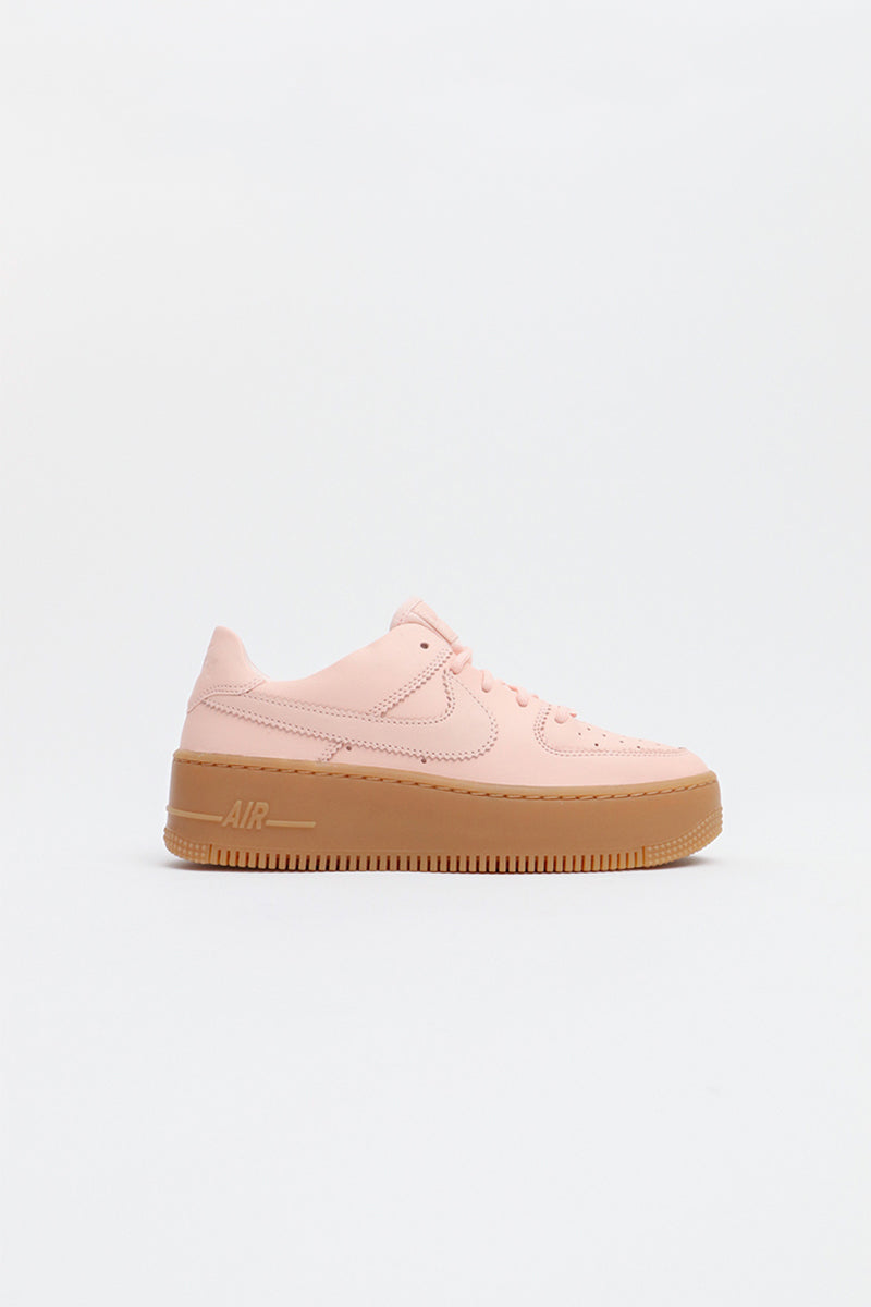 Nike - Air Force 1 Sage Low LX Damen Sneaker mit brauner, hoher Sohle in Korallrosa - AR5409-600