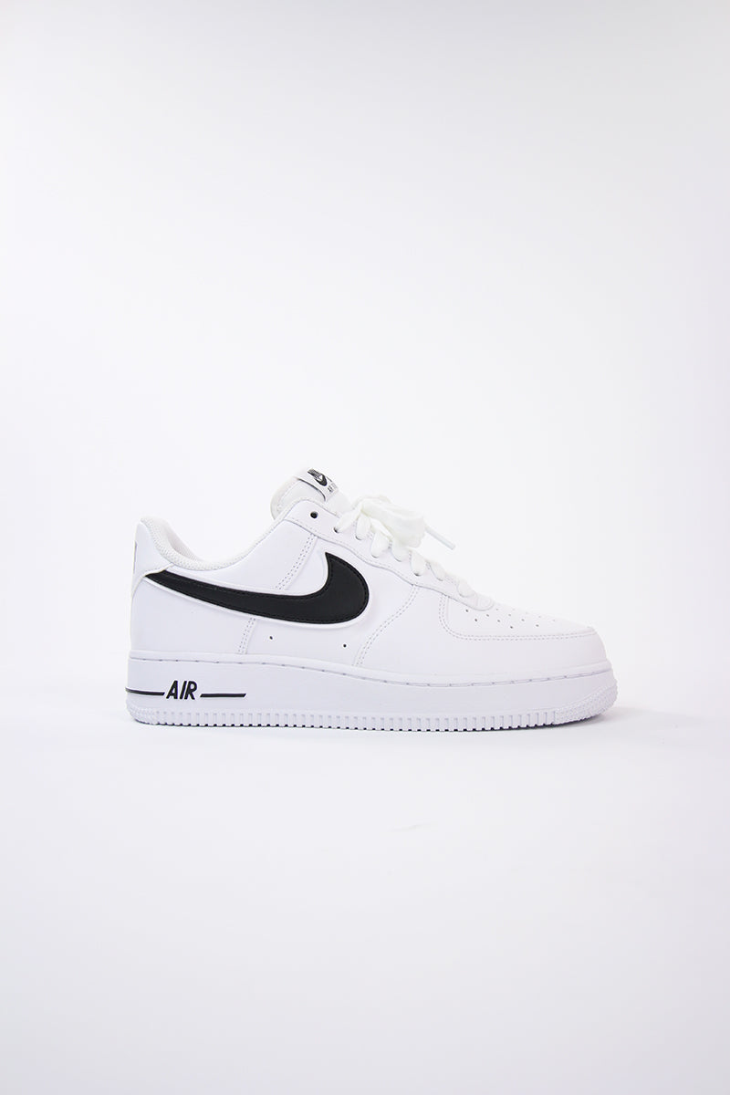 Nike Air Force 1 '07 3 bianco totale con swoosh nero in pelle raffinata AO2423 101