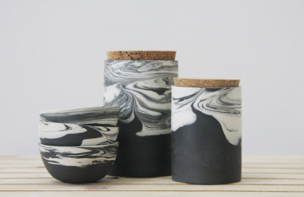 Black and white ceramic set in marbled pattern