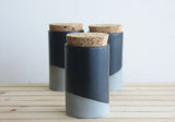 MAXWELL - Gray or white ceramic jar with a cork lid.