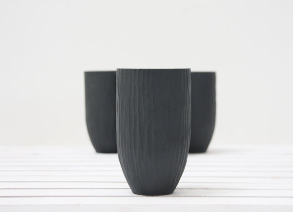 Ori - Ceramic vase in black hand-carved pattern