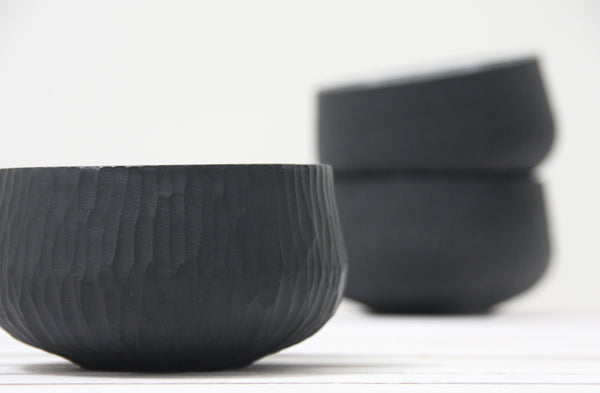 Sol- Ceramic bowl in black hand-carved pattern