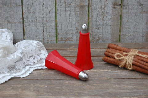 Red Eiffel tower salt and pepper set