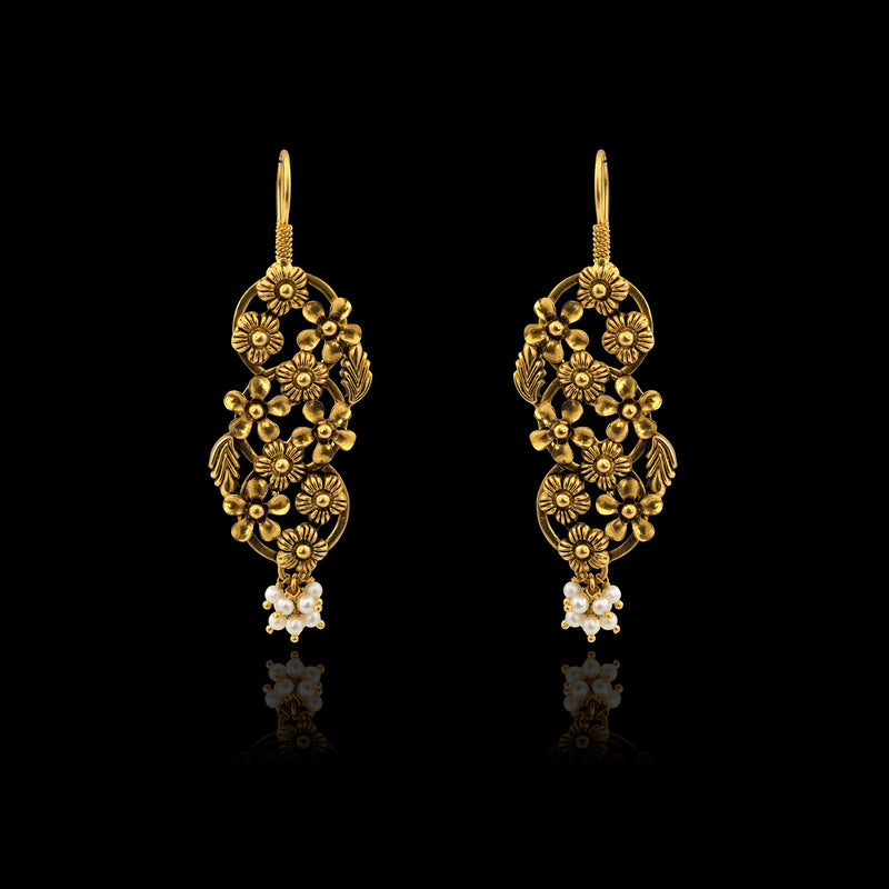 Trendy Pearl Earrings in Yellow gold