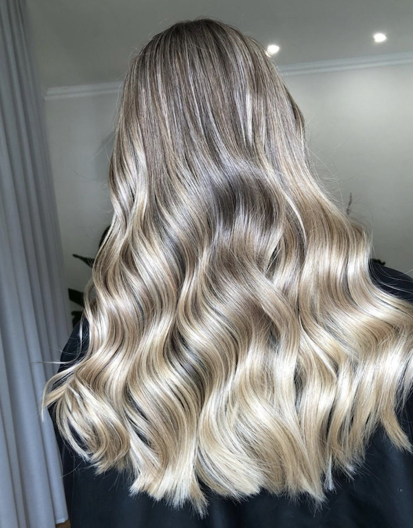woman donning The Thick Halo in Col. Cream Blonde 20C