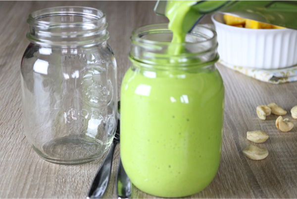 Creamy Dreamy Green Smoothie -Boost up your day with this fruity creamy dreamy green spinach smoothie | saltsole.com