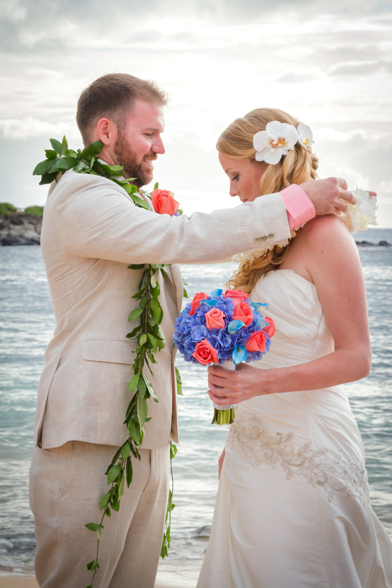 Groom lei's his new Wife in Hawaii tradition