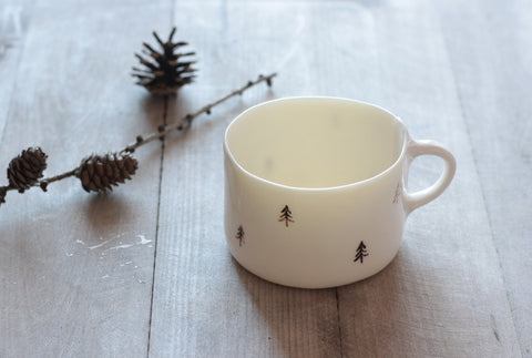 tazza mug in porcellana, decorata con piccoli pini. Handmade porcelain mug, decorated with tiny pines