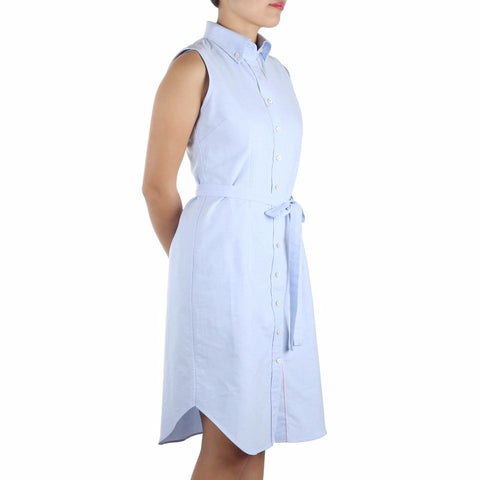 Nami Sleeveless Shirtdress in Light-Blue Cotton Oxford Selvedge. Shop online sleeveless shirtdress in light blue selvedge cotton oxford with button-down collar, waist darts and a removable sash. Made in Singapore. International shipping.