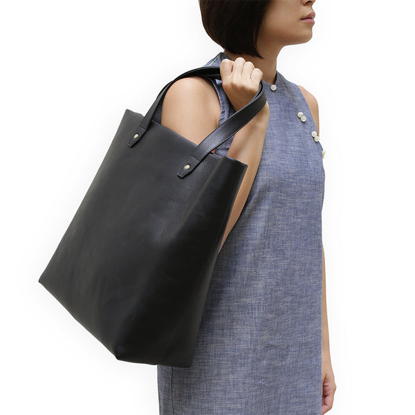 Penta Cow Leather Tote in Noir. Shop online black tote, made of soft natural grain cow leather from Spain, fully lined with goat suede. Designed in Singapore, made in Spain. International shipping.