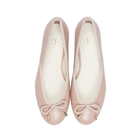 Shop online pastel pink ballerina flats with sheepskin leather uppers, calf leather lining and cow leather outsoles. Designed in Singapore and made in Spain. International shipping.