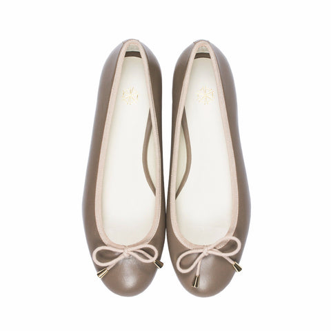 Calla Leather Ballet Flats in Pebble. Shop online grey ballerina flats with sheepskin leather uppers, calf leather lining and cow leather outsoles. Designed in Singapore and made in Spain. International shipping.