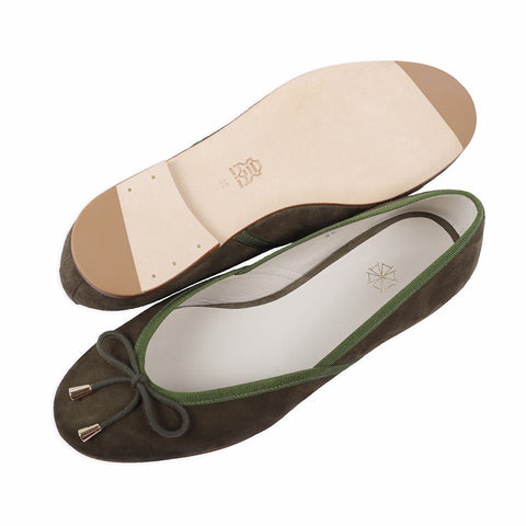 Shop online green ballerina flats with goat suede uppers, calf leather lining and cow leather outsoles. Designed in Singapore and made in Spain. International shipping.