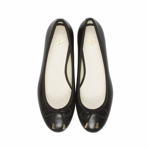 Calla Leather Ballet Flats in Noir. Shop online black ballerina flats with sheepskin leather uppers, calf leather lining and cow leather outsoles. Designed in Singapore and made in Spain. International shipping.