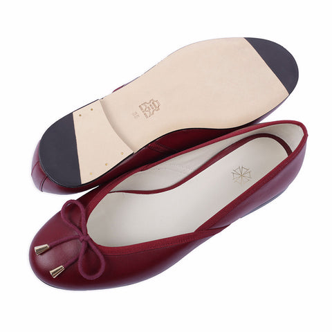 Shop online burgundy ballerina flats with sheepskin leather uppers, calf leather lining and cow leather outsoles. Designed in Singapore and made in Spain. International shipping.