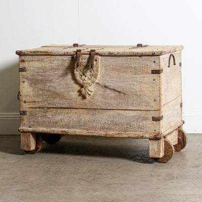IFU0720-016 Vintage Indian Chest with Wheels