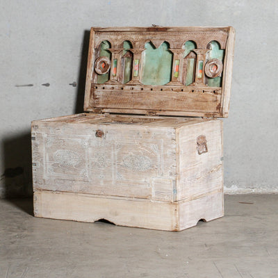 IFU0321-42 Vintage Indian Chest